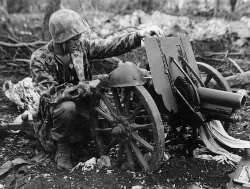 Рядовой Джеймс Свик с японской 70-мм гаубицей типа 92 на захваченном острове Айпан. Июль 1944 г.