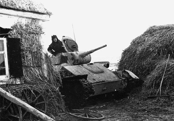 Легкий танк Т-70М гвардии лейтенанта И. М. Астапушенко в засаде. Донской фронт, декабрь 1942 г.