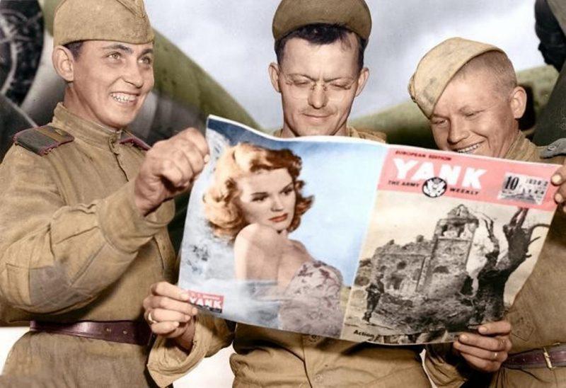 Солдаты с американским журналом.