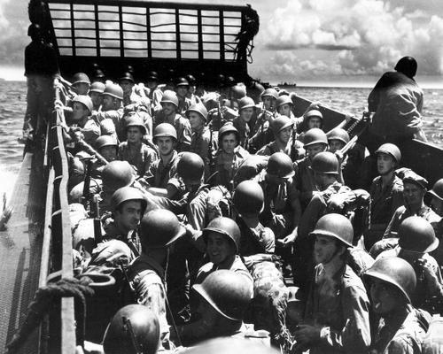 Морские пехотинцы на LCM приближаются к берегу острова Гуам. Июль 1944 г.