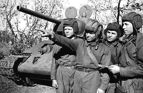 Командир танка младший лейтенант Т. И. Коваленко и его экипаж. Брянский фронт, 1942 г.