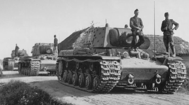 Трофейные советские танки КВ-1Э из состава 8-й танковой дивизии Вермахта. 1942 г.