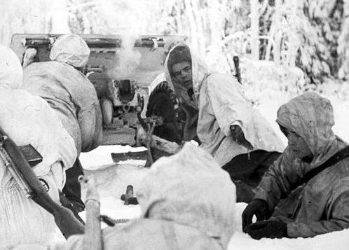 Расчет противотанкового орудия. 1940 г.