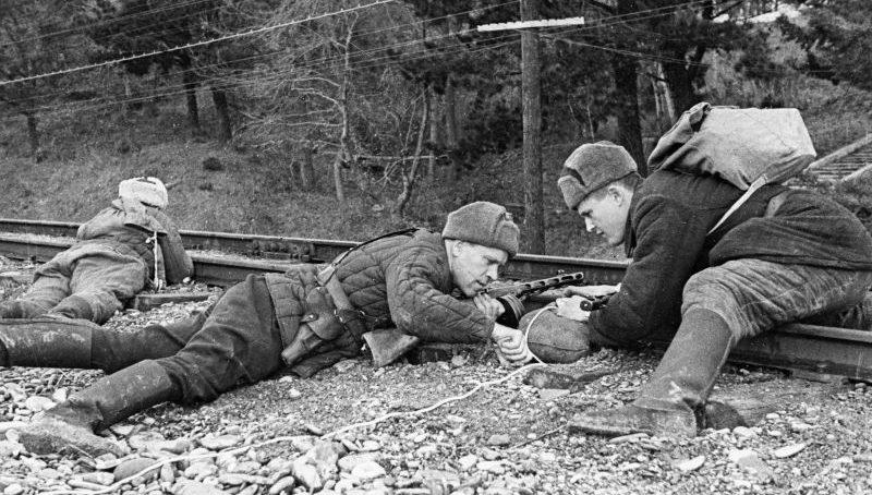 Партизаны-подрывники из 2-го Симферопольского отряда закладывают взрывчатку на железнодорожном полотне. Март 1943 г.