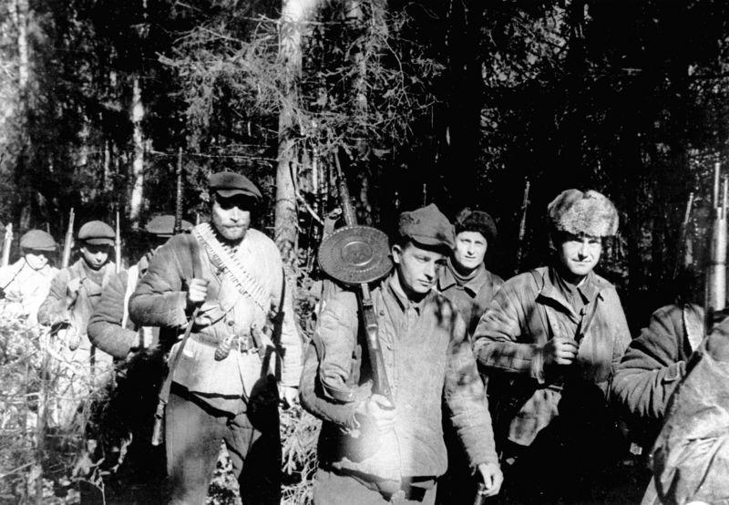 Псковские партизаны отправляются на боевое задание. 6 мая 1943 г.