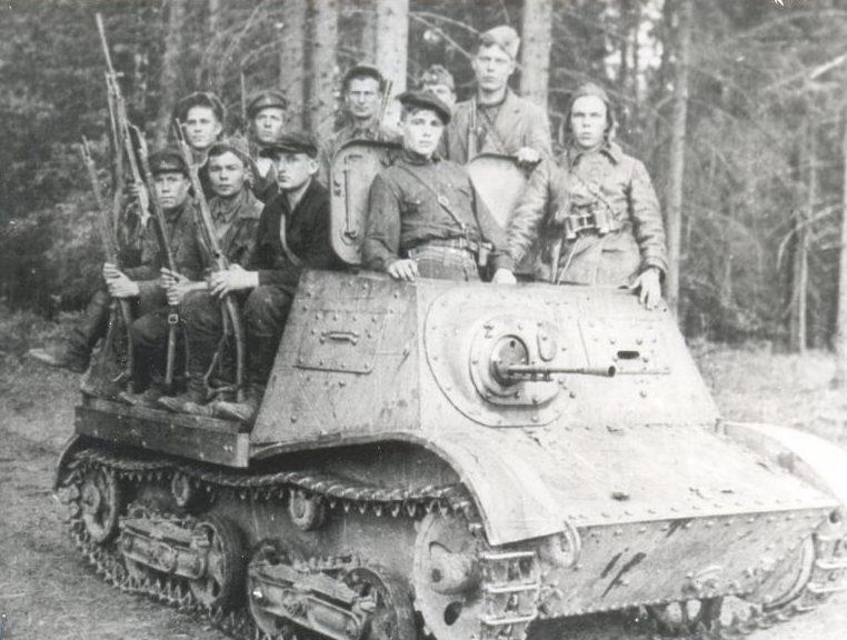 Партизаны бригады им. Пархоменко на артиллерийском тягаче А-20 «Комсомолец». Июнь 1943 г.