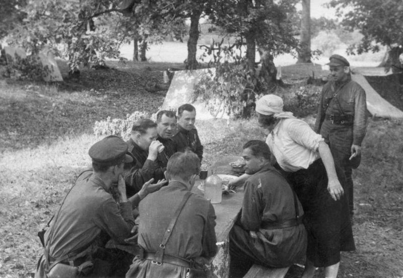 Начальник штаба украинского партизанского движения генерал-майор Тимофей Строкач за обедом с командирами Ровенских партизанских соединений. Июнь 1943 г.