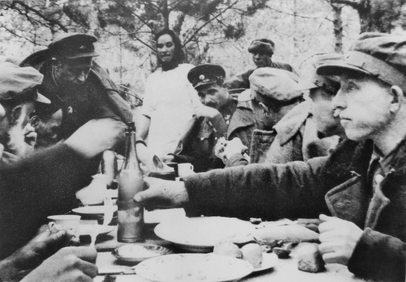 Штаб Сумского партизанского соединения за обедом. 1 июля 1943 г.