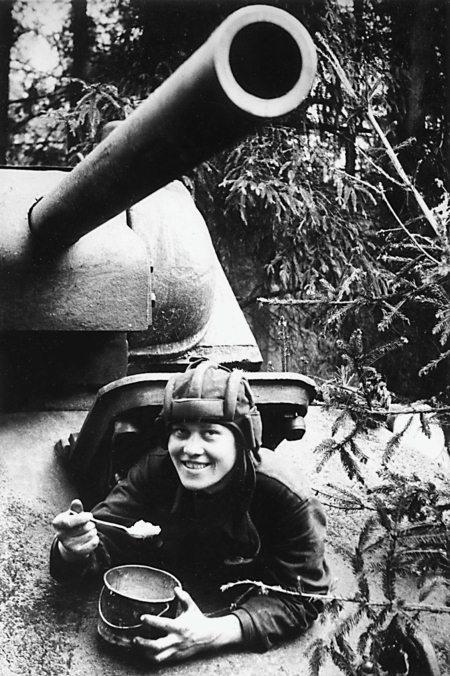 Механик-водитель танка Т-34 старший сержант Е. П. Федоров завтракает перед боем. Северо-Западный фронт, 1942 г.