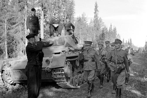 Экипаж танка вермахта Pz.Kpfw.III приветствует финских офицеров во главе с генералом Хьялмаром Фридольфом Сийласвуо. Ратте-роуд, 1940 г.