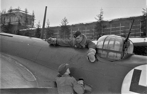 Финские техники у самолета Bristol Blenheim. 1940 г.