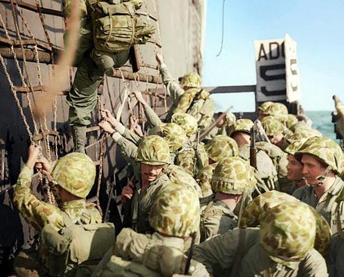 Морские пехотинцы Соединенных Штатов спускаются по сетям на десантные суда во время битвы при Пелелиу. Сентябрь1944 г.