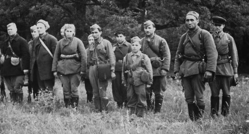 Крымские партизаны во время принятия присяги. Август 1943 г.