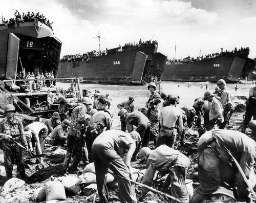 Морские пехотинцы на берегу в Лейте. Филиппинские острова, 20 октября 1944 г.