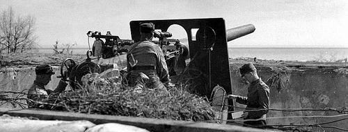 Финские артиллеристы у береговых батарей с 120-мм пушкой Виккерса-Армстронга. 1940 г.