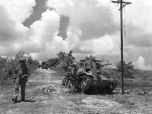 Морские пехотинцы у японского танка. Остров Тиниан, 1945 г.
