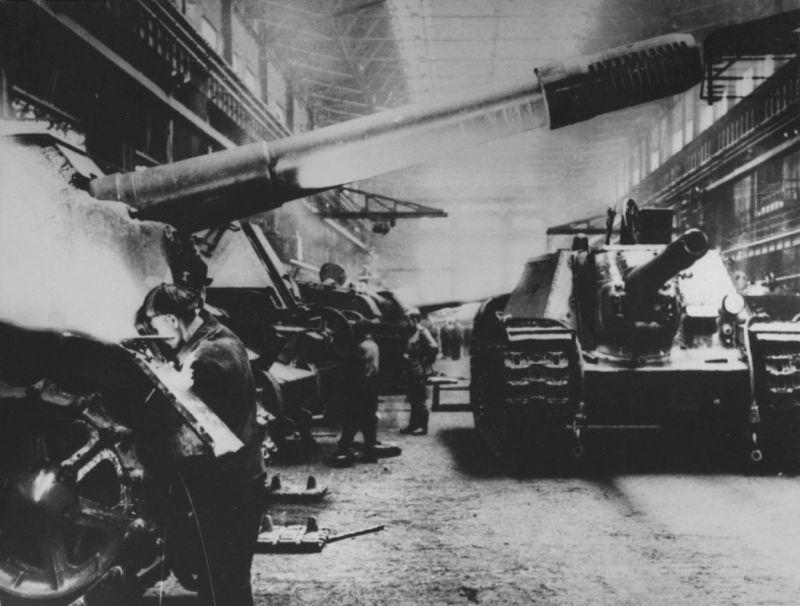 Производство САУ СУ-152 «Зверобой» в цеху Челябинского Кировского завода. Май 1943 г.