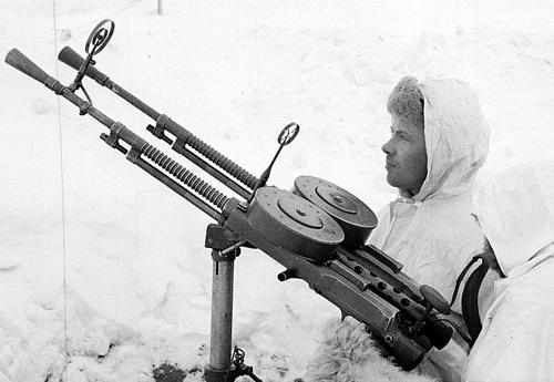 Финские солдаты в зимнем камуфляже с захваченным советским пулеметом ДА-2. 1940 г.