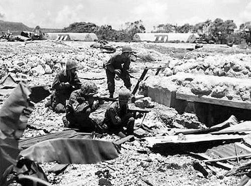 Морские пехотинцы берут японских солдат в плен на острове Тиниан. 1944 г.