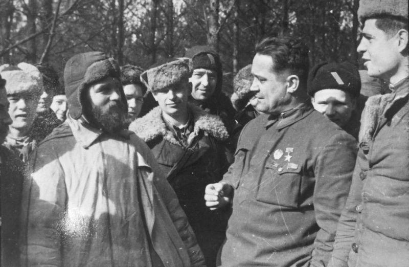 Командир Черниговско-Волынского партизанского соединения генерал-майор Алексей Федоров с боевыми товарищами. Сентябрь 1943 г.