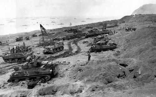 Танки M4 Sherman и морские пехотинцы на берегу острова Иводзима. 3 февраля 1945 г.