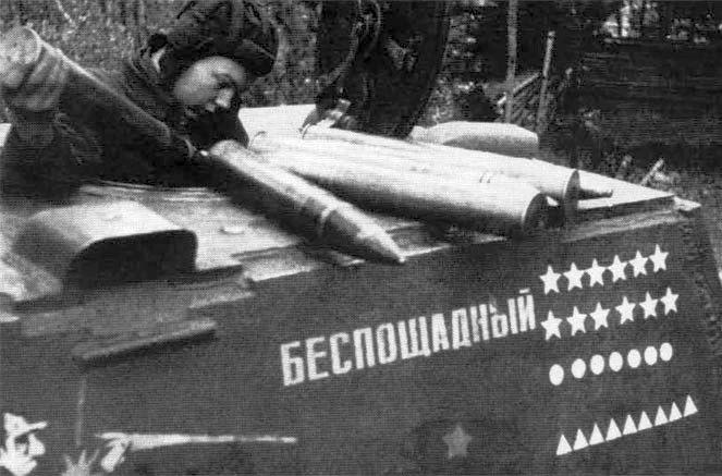 Танк КВ-1 «Беспощадный» Павла Хорошилова с отметками побед для разных видов уничтоженной техники. 1943 г.