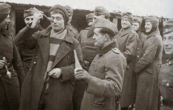 Солдаты штабной роты принимают рыбий жир. 1942 г.