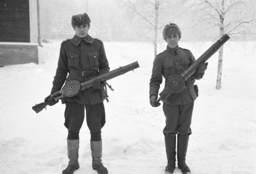 Солдаты с пулеметом Льюиса в финской деревне Каяани. 1940 г.