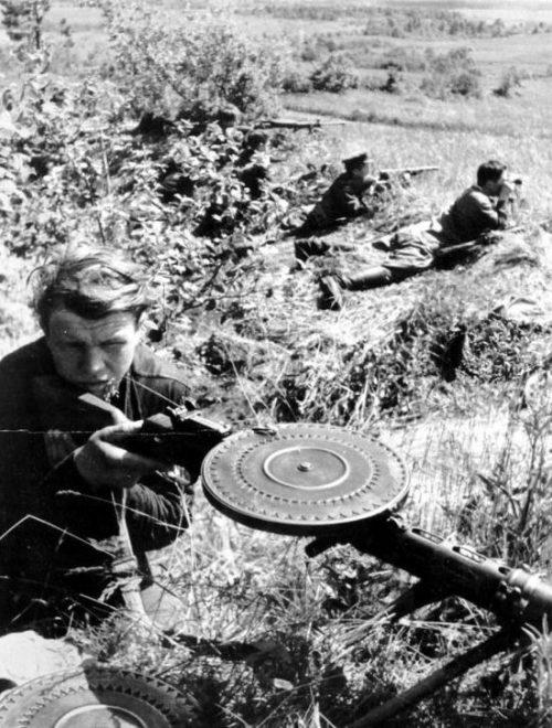 Партизаны 11-го отряда 3-й Ленинградской бригады ведут бой с карателями. 1943 год.
