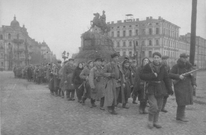 Партизаны на Софийской площади в Киеве. Ноябрь 1943 г.