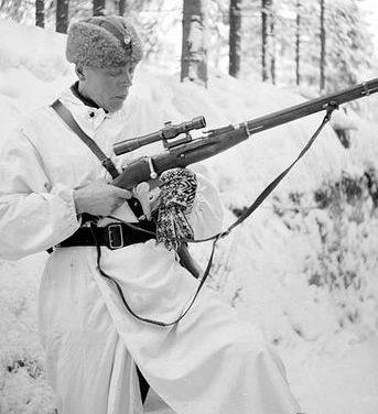 Финский офицер с захваченной советской 7,62-мм снайперской винтовкой Мосина. 1940 г.