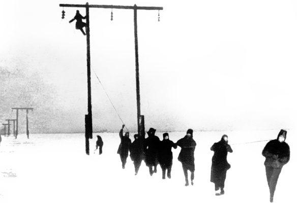 Раскатка провода «Ледовой линии» электропередач в Ленинград от Волховской ГЭС. 1942 г.