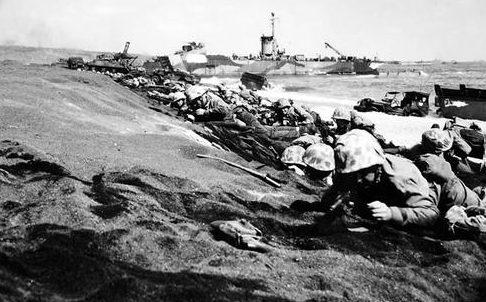Морские пехотинцы штурмуют берег Иводзимы. 19 февраля 1945 г.
