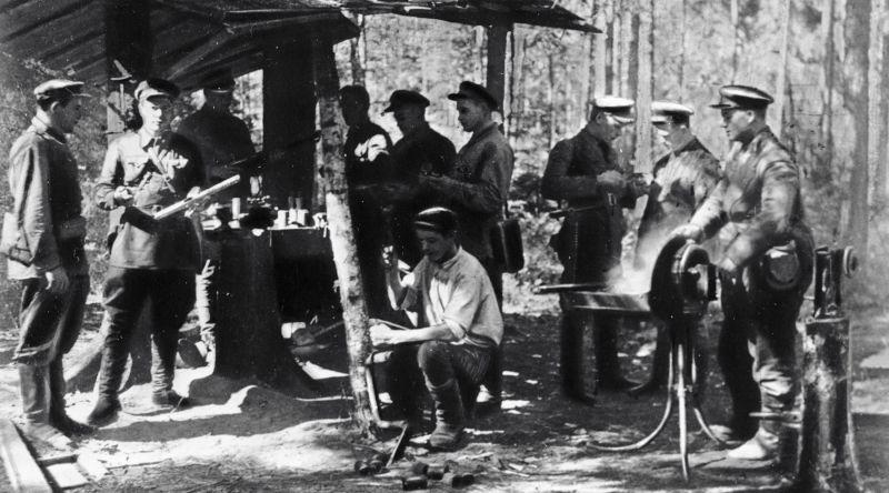 Партизанская мастерская по изготовлению гранат и мин. 1943 г.