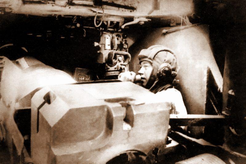 Боевое отделение СУ-152 с массивным казёнником орудия на переднем план. 1943 г.
