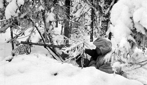 Финский солдат с пулеметом Lahti-Saloranta M-26 в лесу. 1940 г.