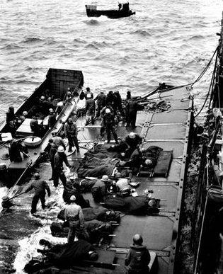 Эвакуация раненных с Иводзимы. 19 февраля 1945 г.