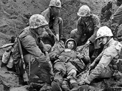 Раненные на Иводзиме. 21 февраля 1945 г.