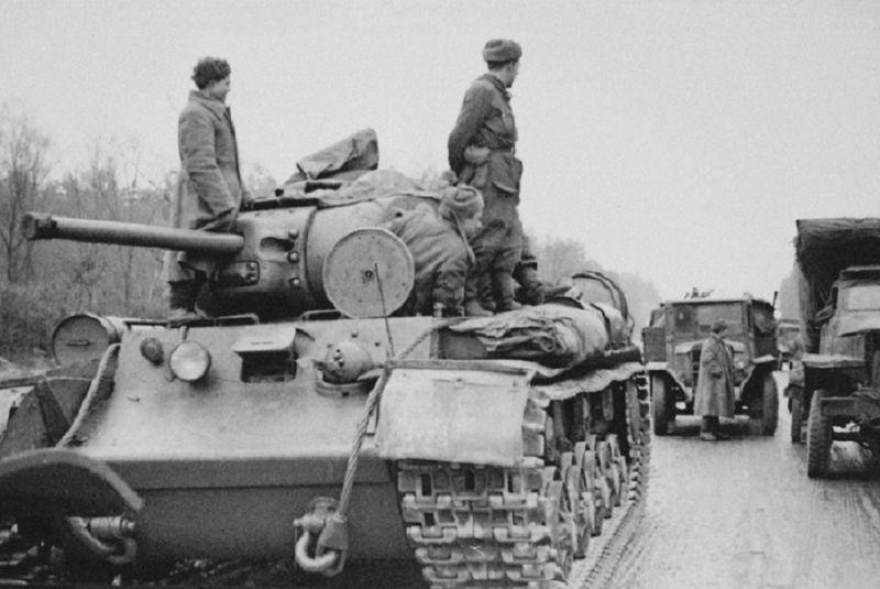 Танкисты на броне танка КВ-1С на шоссе под Житомиром. Ноябрь 1943 г.