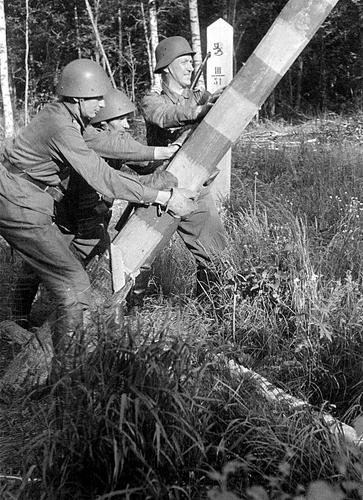 Финские солдаты снимают пограничный столб на границе с СССР. Лето 1941 г.
