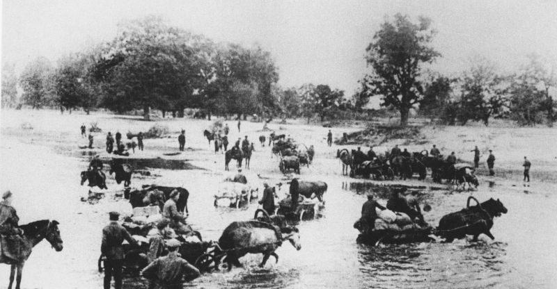 Партизаны Житомирского соединения Сабурова форсируют реку Уборть. 1943 г.