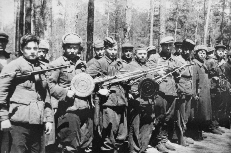 Партизанский строй. Украина, 1943 г.