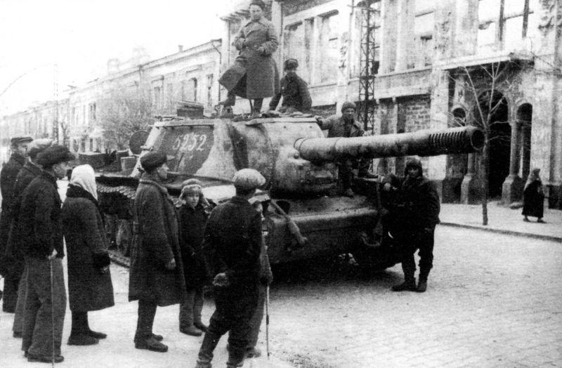 САУ СУ-152 в Симферополе. Апрель 1944 г.