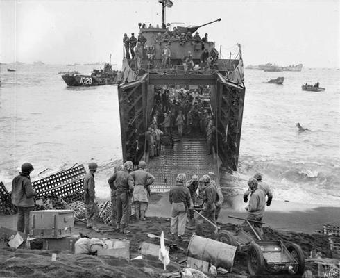 Морские пехотинцы выгружают припасы из LSM в Иводзиме. 22 февраля 1945 г.