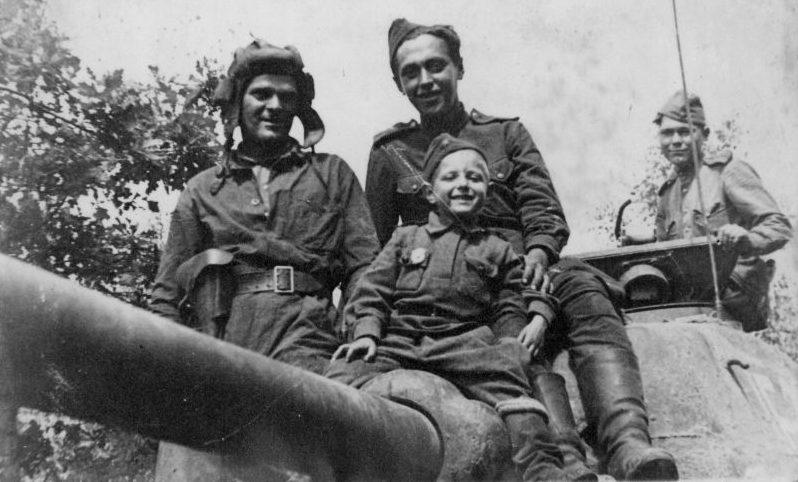 Танкисты 17-й гвардейской танковой бригады и сын полка на танке Т-34-85. Июнь 1944 г.