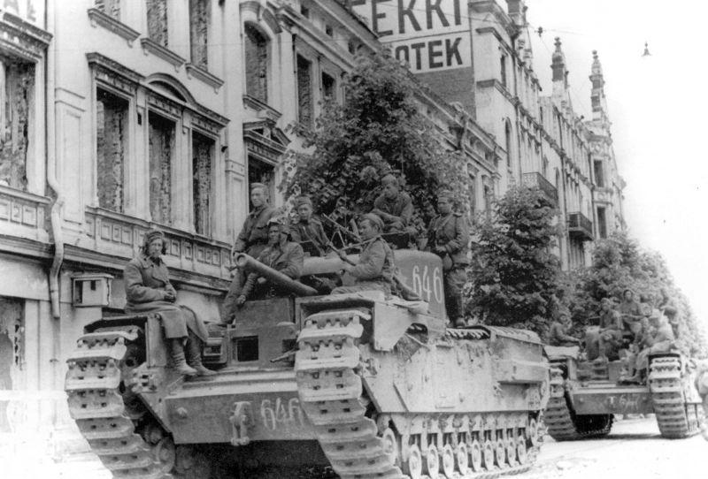 Танки «Черчилль» Mk.IV из состава 46-го гвардейского танкового полка на улице Выборга. Июнь 1944 г.
