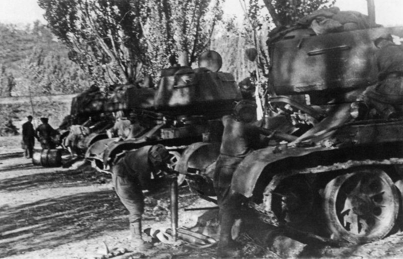 Танкисты готовят свои машины к боям за Белград. Пригород Белграда Кошутняк. Октябрь 1944 г.