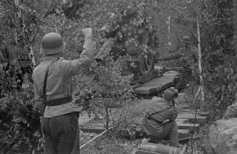 Финская артиллерия обстреливает советские позиции на фронте Ханко. 20 июня 1941 г.