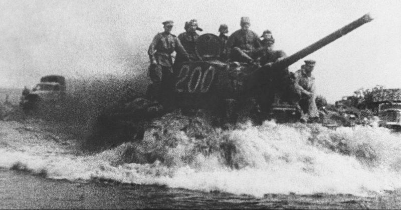 Советские танки во время наступления. Белоруссия, 1944 г.