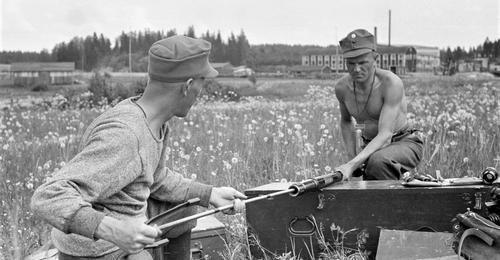Финские солдаты собирают зенитное орудие у города Миккели. 2 июля 1941 г.